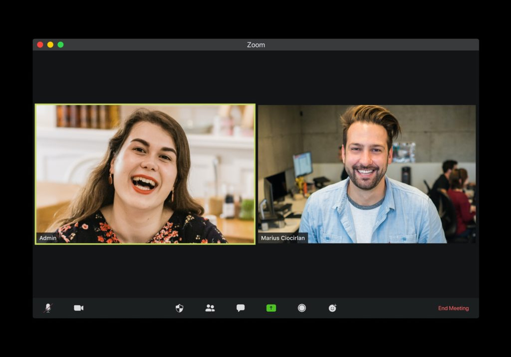 Online Videokonferenz mit Frau und Mann