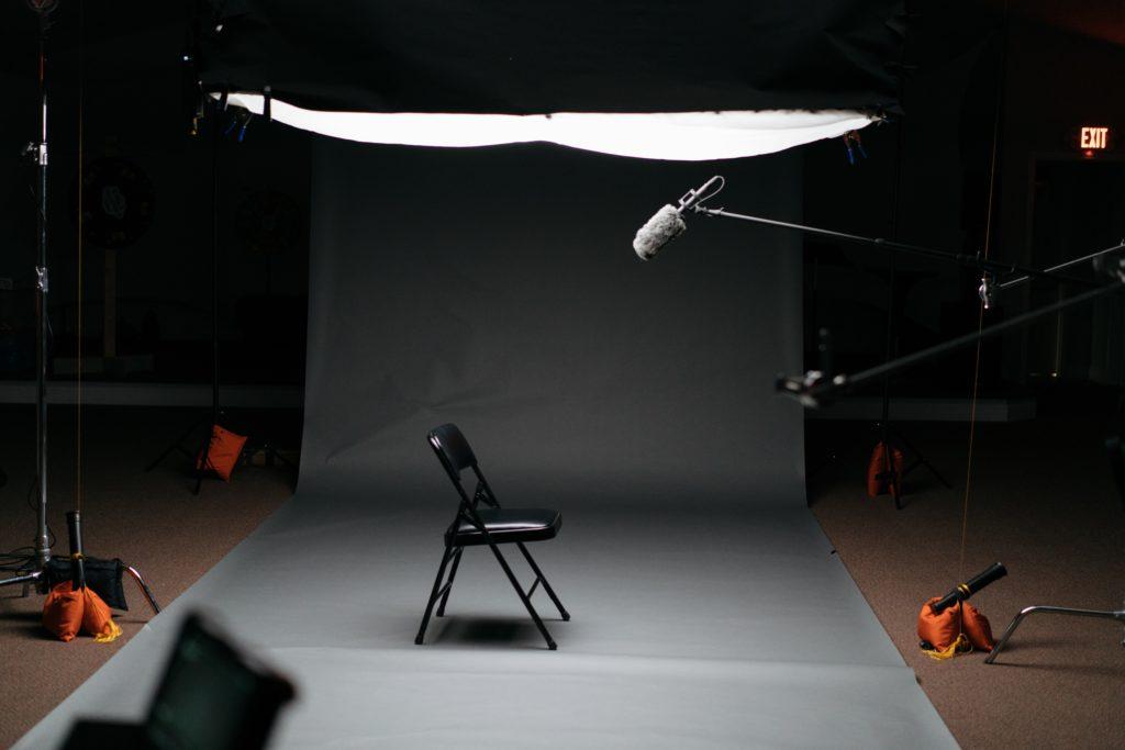 Stuhl und Mikrofon in Studio für Videoaufnahmen