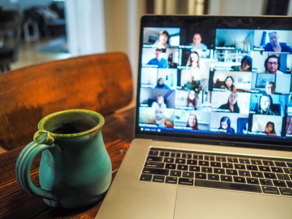 Laptop mit Videokonferenz und Livestream
