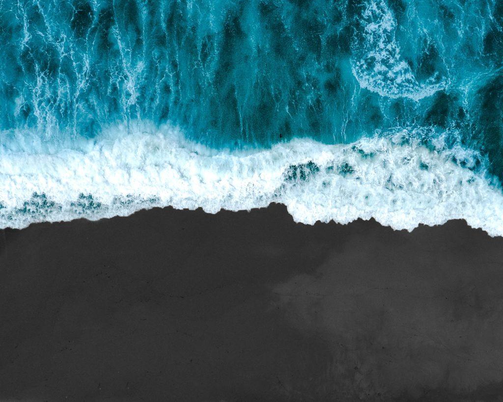 Strand mit blauen Wellen