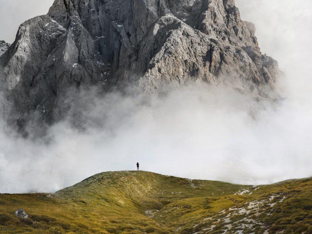 Grüne Landschaft und Natur mit Wolken und Berg